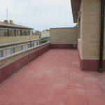 Terraza transitable con plots fijos y pavimento pétreo - Olite