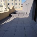 Terraza transitable con plots regulables y pavimento gran formato - Estella